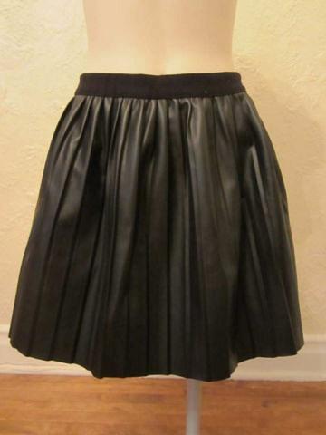 J-03 Jupe à plis cuir synthétique (taille M) 20 $ by Mamzelle M.