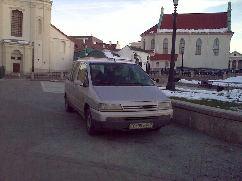 01_Парковка_у_Церкви_на_тротуаре