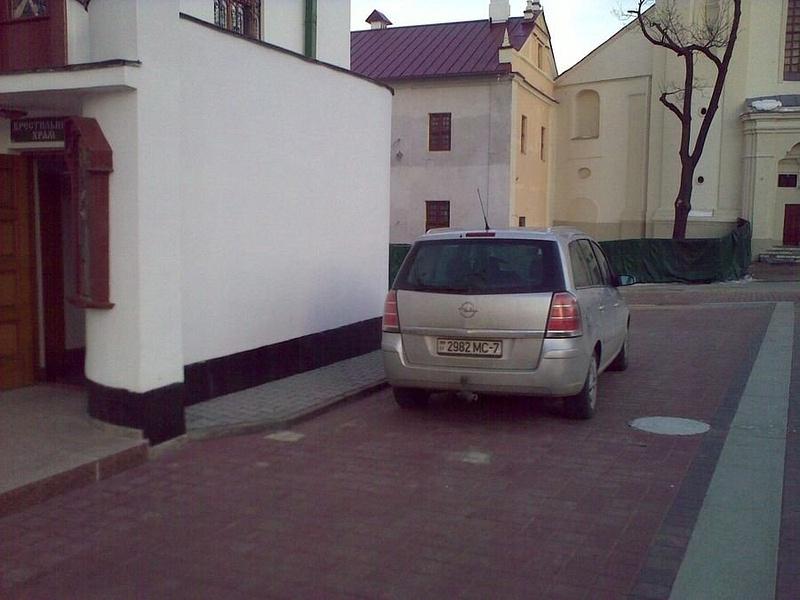 03_Парковка_у_Церкви_на_тротуаре