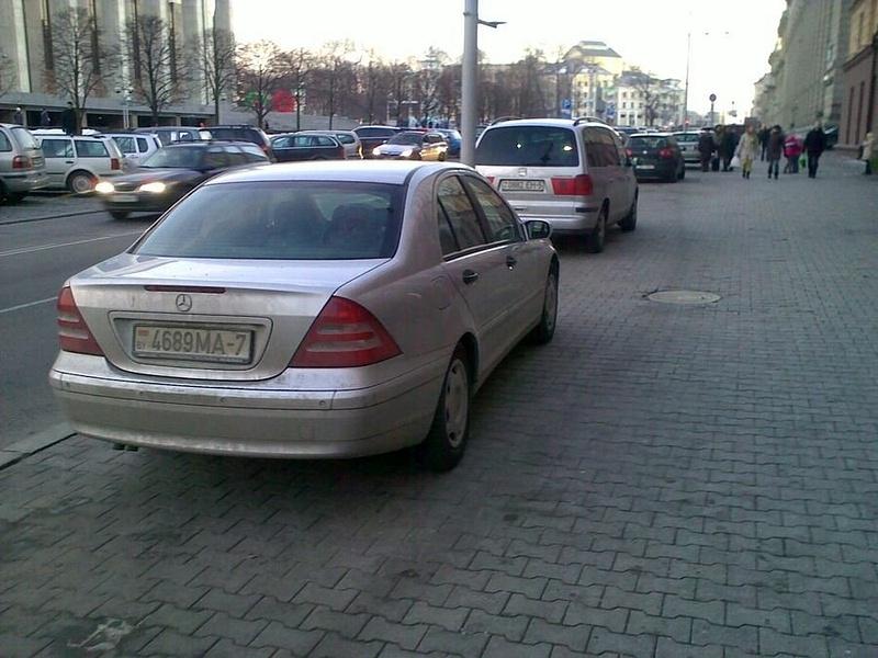 15_ул._Энгельса_4-6,_парковка_на_тротуаре