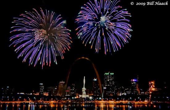 _DSD4714_4th_Fireworks_STL_riverfront_001_070409 222