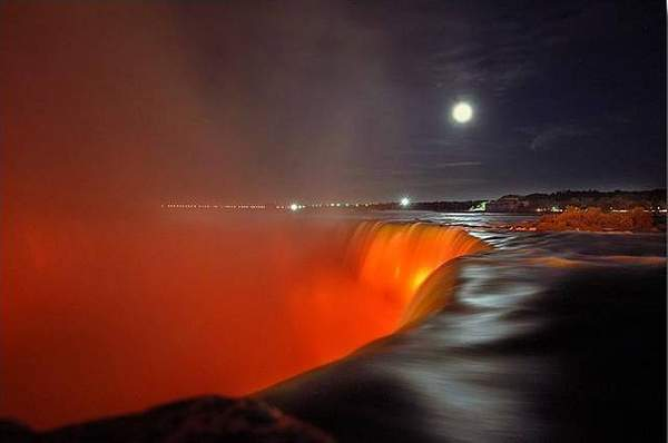 Niagara_Falls_at_night