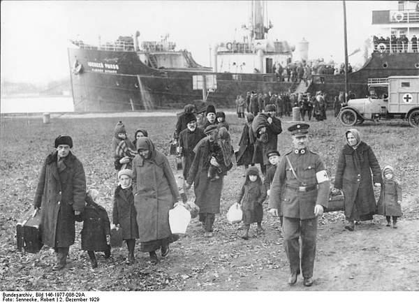 Bundesarchiv_Bild_146-1977-086-29A,_Rußlanddeutsche_Flüchtlinge