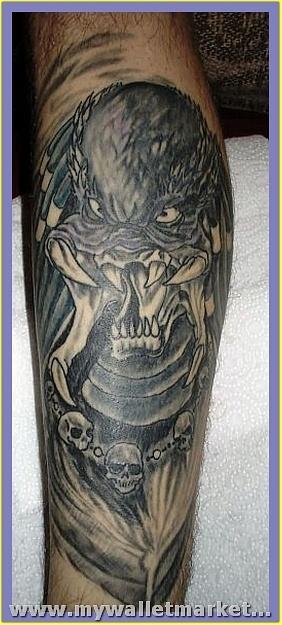 crawling-alien-tattoo-design-on-leg